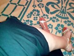 hot arabian milf flash her legs